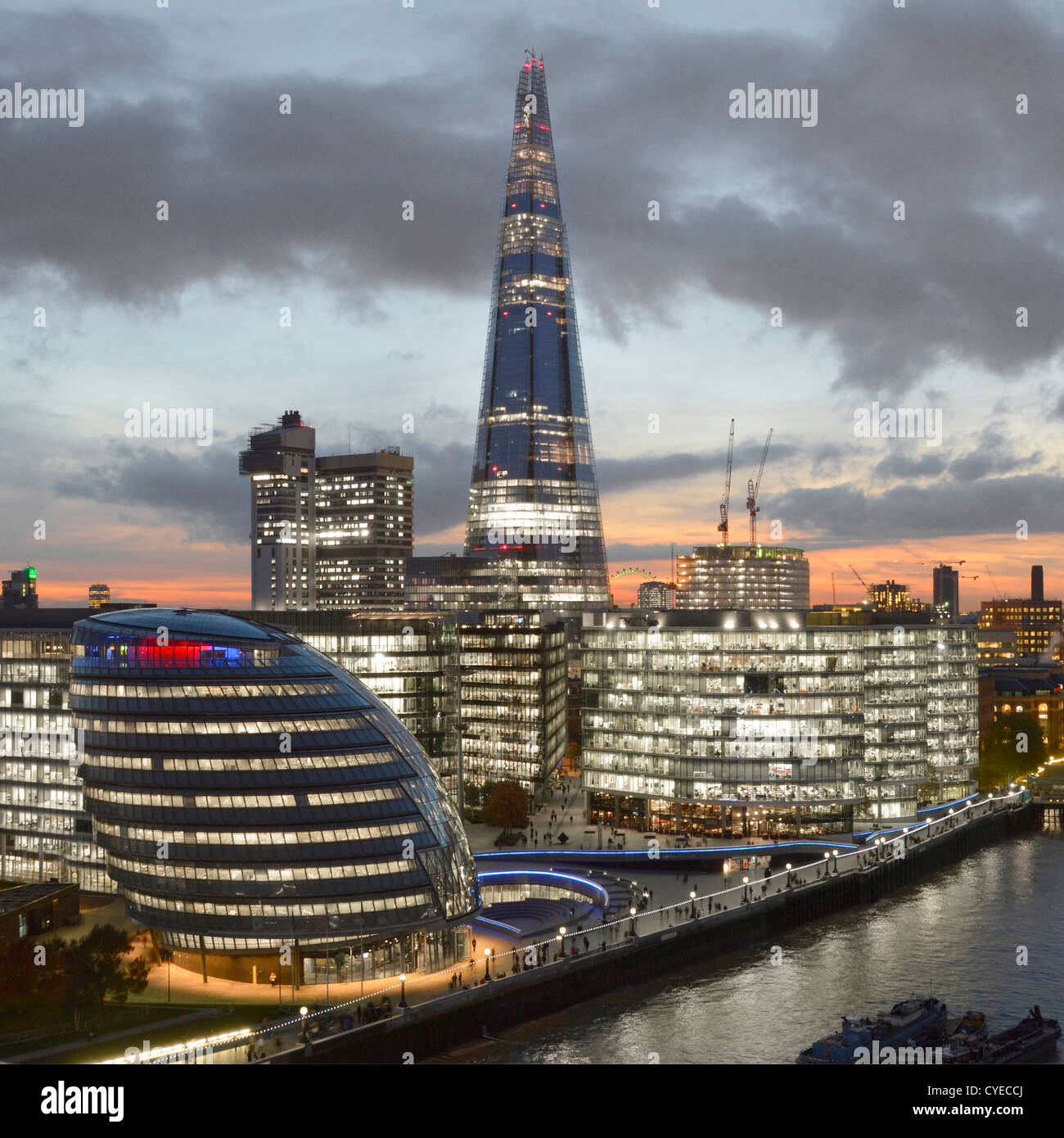 "Skyline von London mit Rathaus (L, R), ""More London"" (mit The Scoop), Guys Hospital & The Shard, Themse Stockbild"