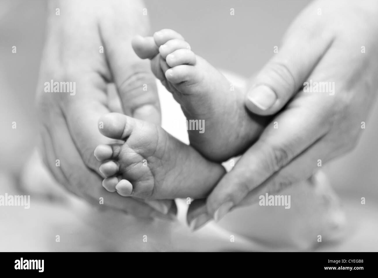 Mutters sanfte Berührung mit niedlichen Füße. Stockbild