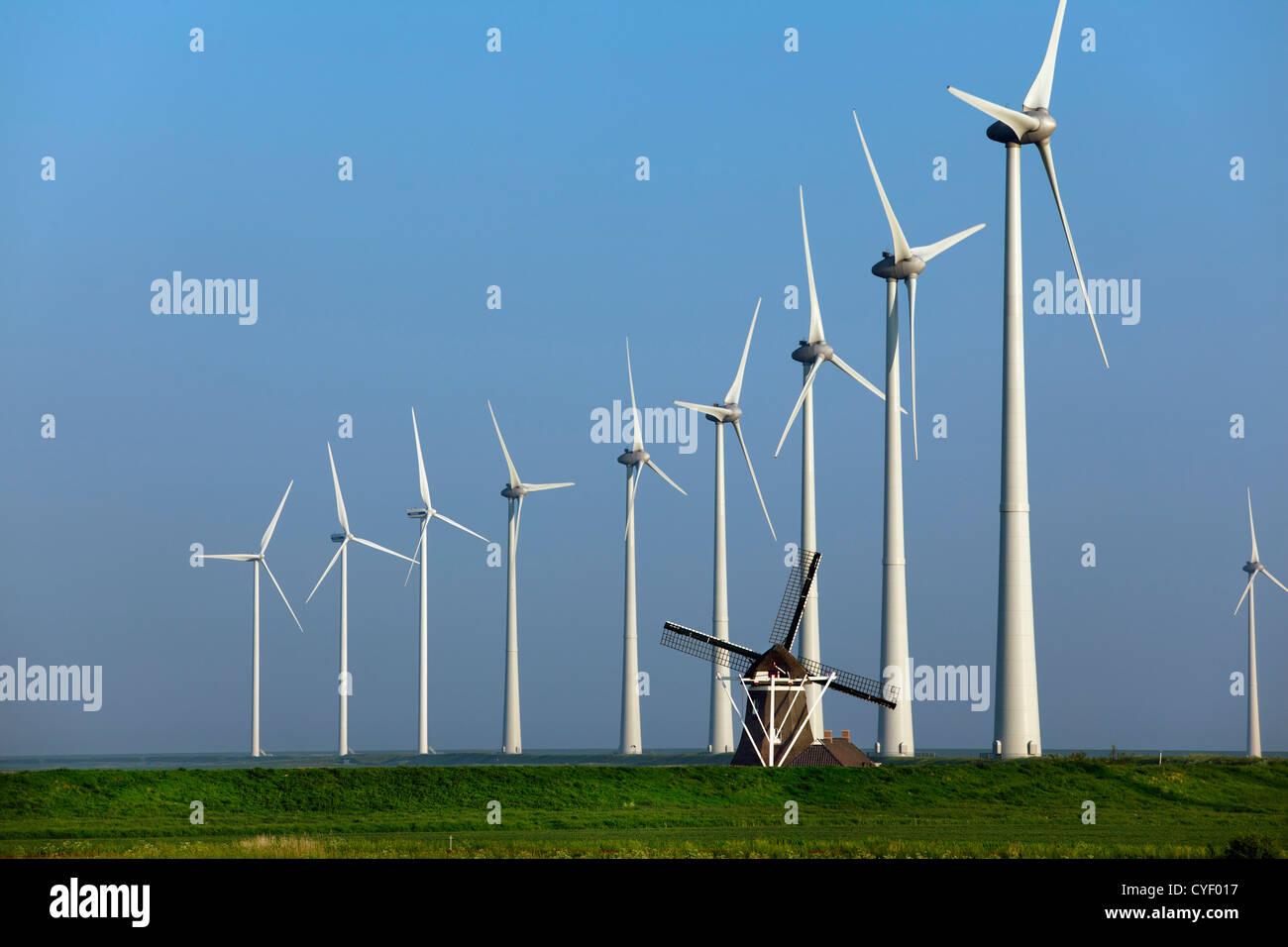Emsmündung, Eemshaven, Windkraftanlagen und traditionelle Windmühle. Stockbild