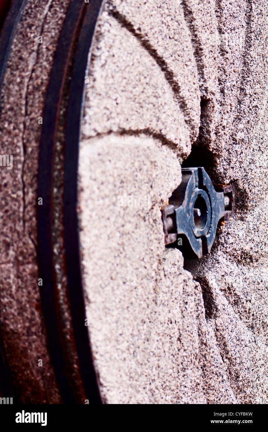 Alte Mühle Stein an die Wand gelehnt Stockbild