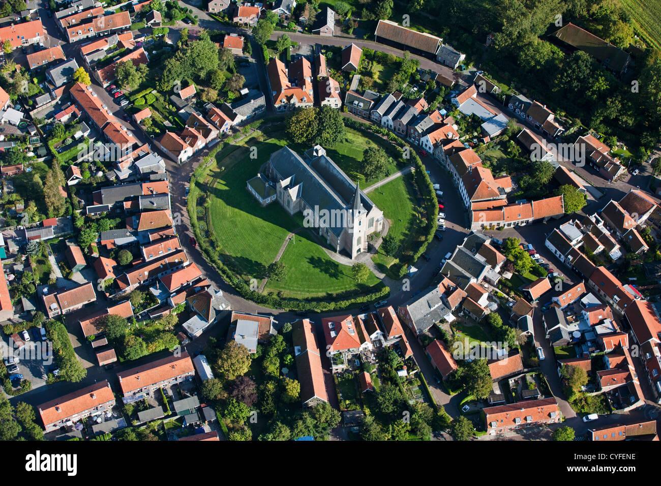 Den Niederlanden, Dreischor, Blick auf den kreisförmigen Dorfzentrum und Kirche. Luft. Stockbild