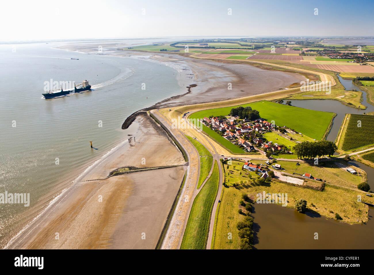 Die Niederlande, Bad, Blick auf Dorf und den Fluss Westerschelde. Frachtschiff. Luft. Stockbild