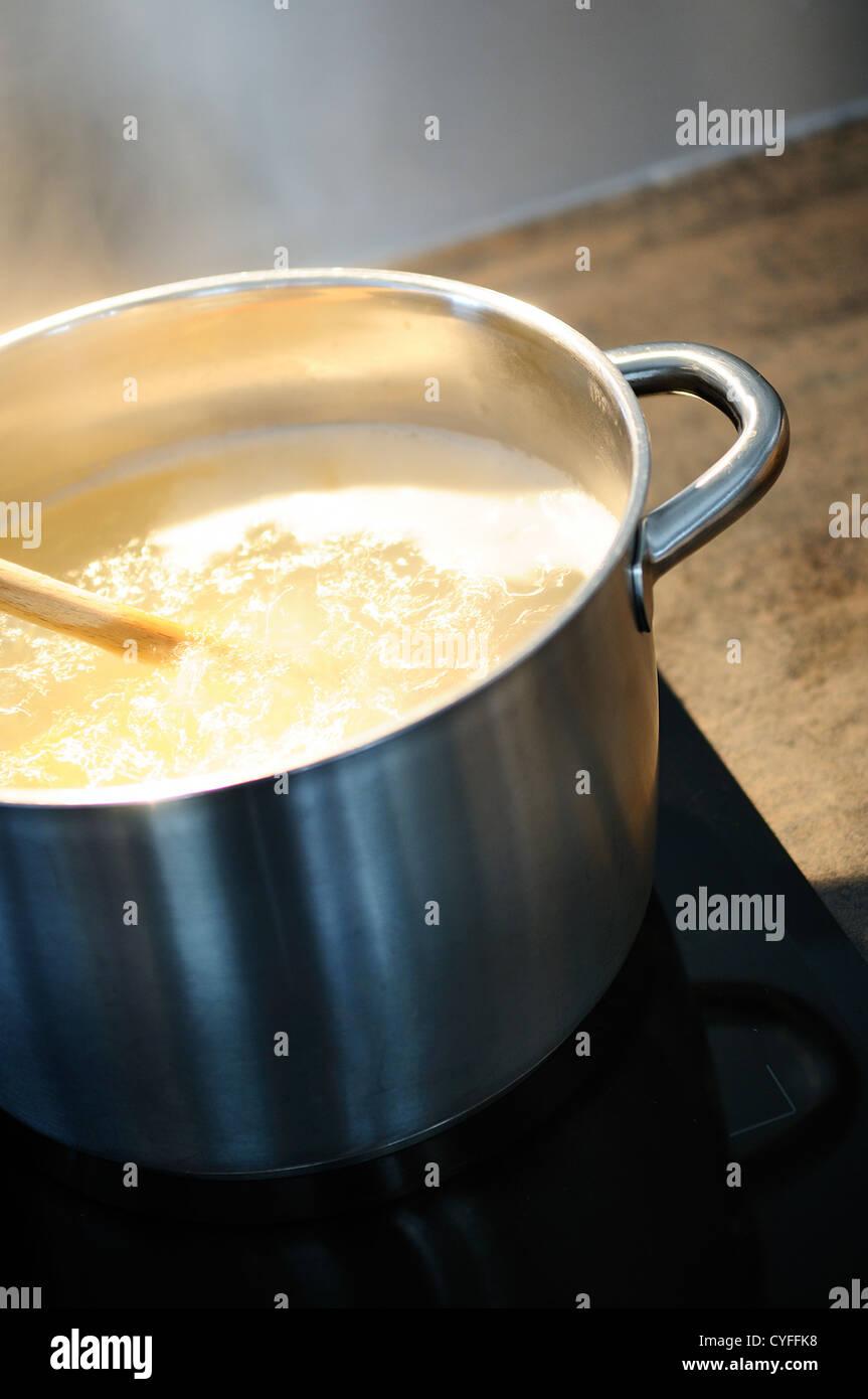 Entwicklung eines Rezepts in einem Topf auf dem Feuer Stockfoto