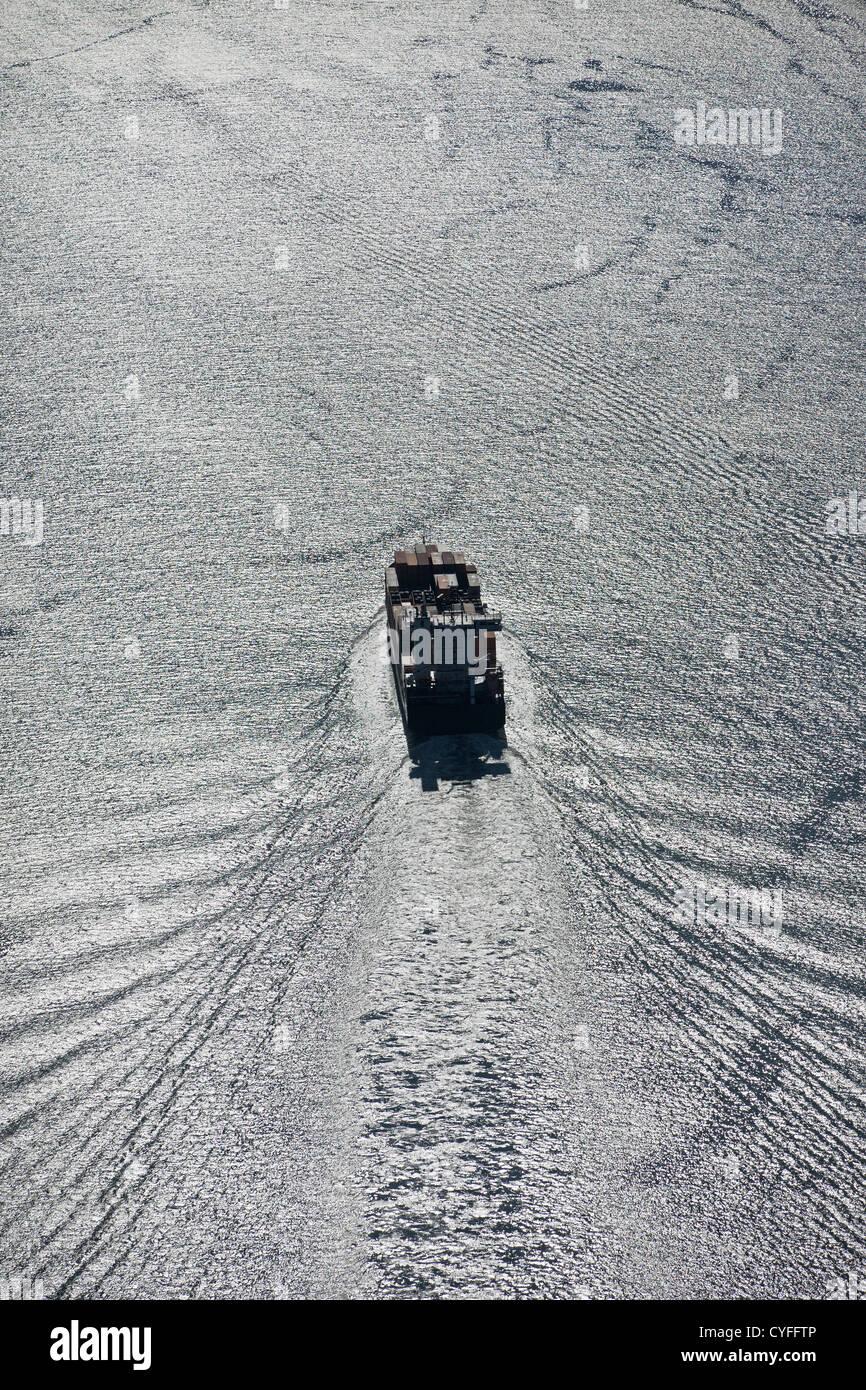 Den Niederlanden, Nieuw Namen. Containerschiff im Fluss der Westerschelde. Luft. Stockbild