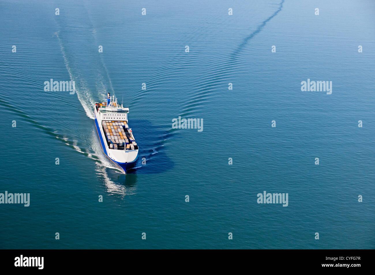Die Niederlande Westkapelle. Westerschelde Fluss. Roll-on, Roll-off Frachtschiff. Luft. Stockbild
