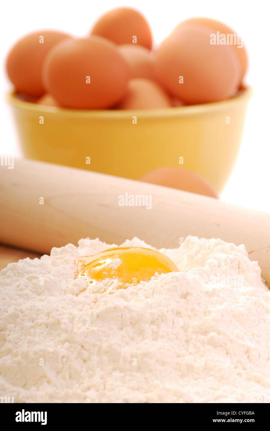 Mischung aus Eiern und Mehl mit gut Methode zur Herstellung von Teigwaren Stockbild