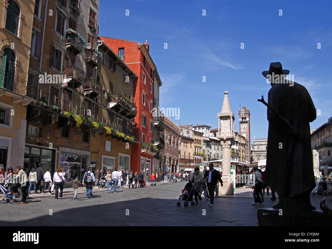 Piazza Delle Erbe in Verona, Veneto, Italien Stockbild