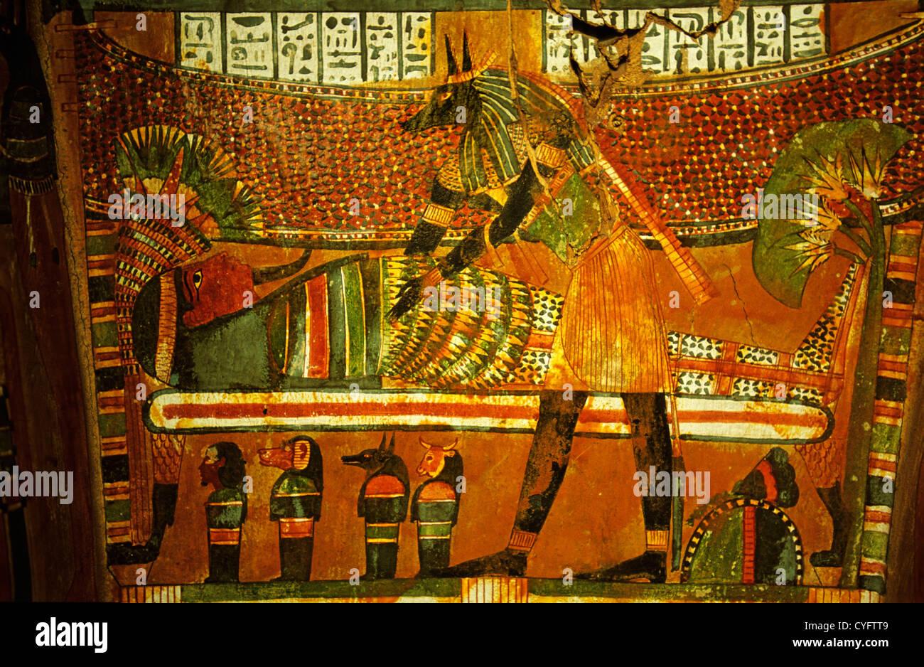 Ägypten, Kairo, Ägyptisches Museum. Innenraum des Sarges. Dekorationen und Hieroglyphen. Stockbild