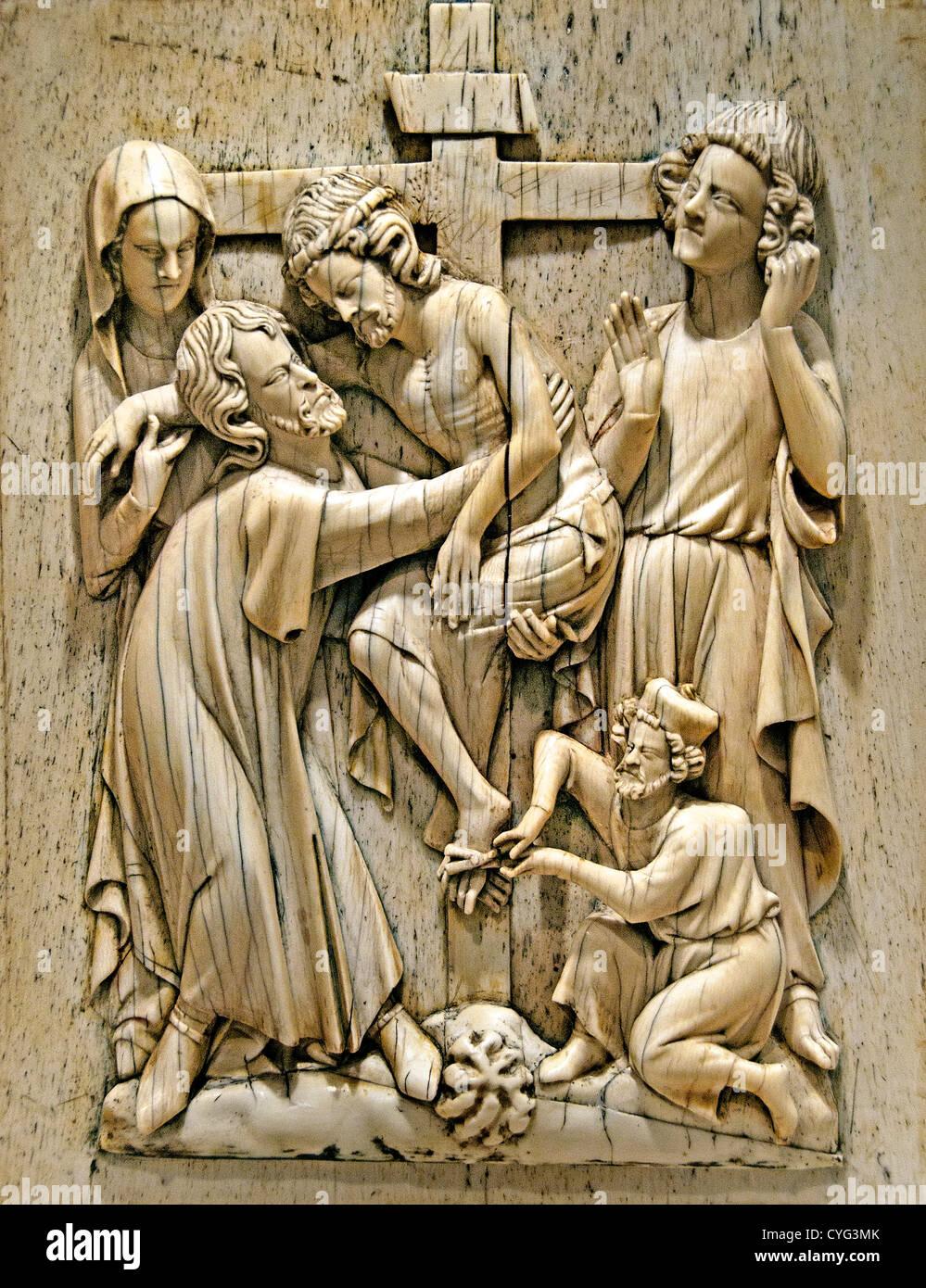 Plakette mit dem Abstieg aus dem Kreuz Jesu Christi 1320 ? 40 Paris Frankreich Elfenbein Wal Knochen 23 cm Stockbild