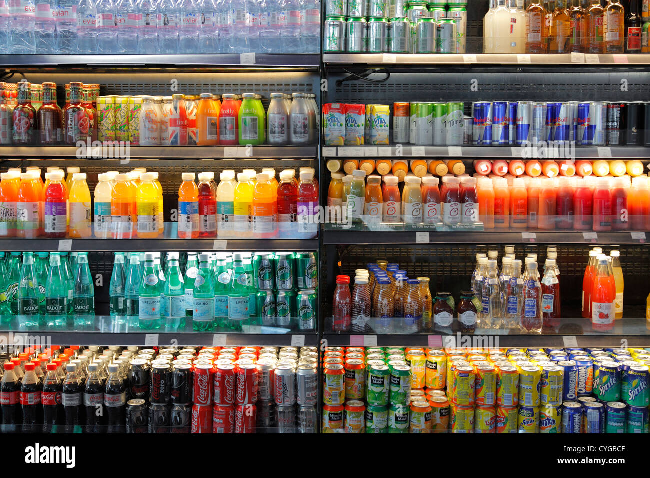 Getränke in einem Regal, Kühlschrank Stockfoto, Bild: 51376655 - Alamy