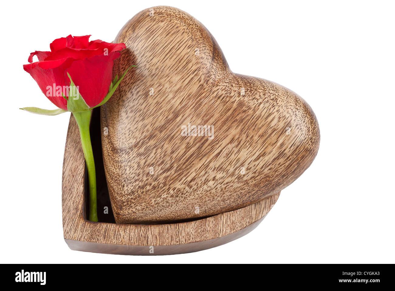 Rot stieg und geschnitzte hölzerne Kiste in Form von einer Liebe Herzen, isoliert auf weiss mit Arbeitspfad Stockfoto