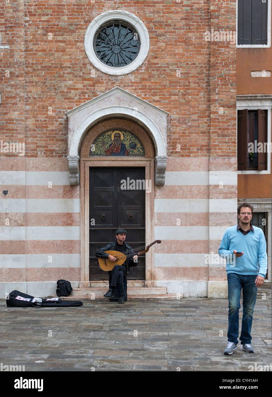 Ein Straßenmusikant ein lang-necked Laute mit einem zweiten Satz von Bundfreie Saiten Stockbild