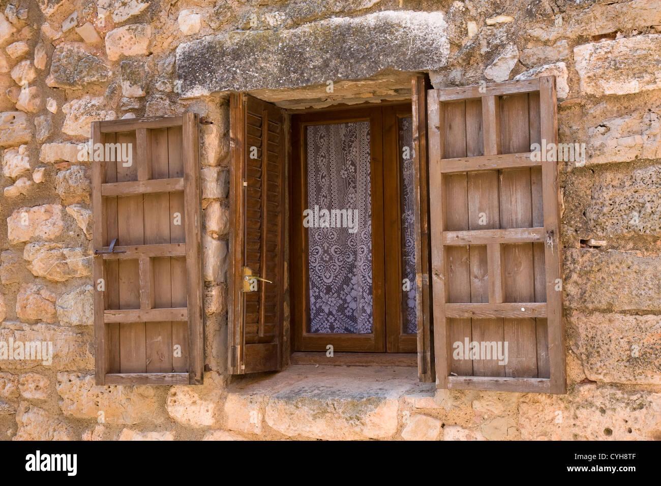 Alte Eooden eingerahmt und shuttered Fenster in Steinwand, Siurana ...