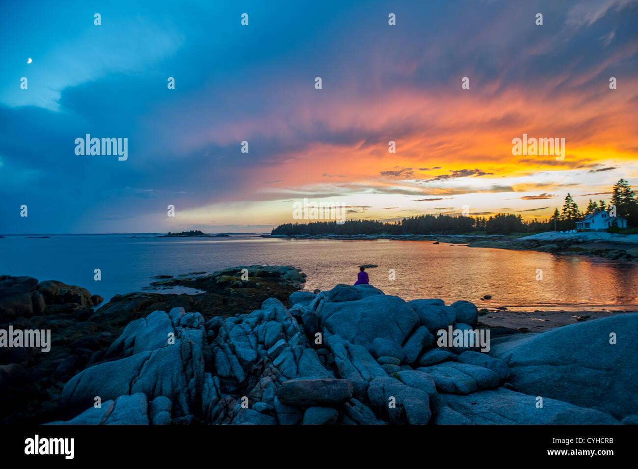 Sonnenuntergang auf dem felsigen Gelände von Deer Isle, Maine Stockbild