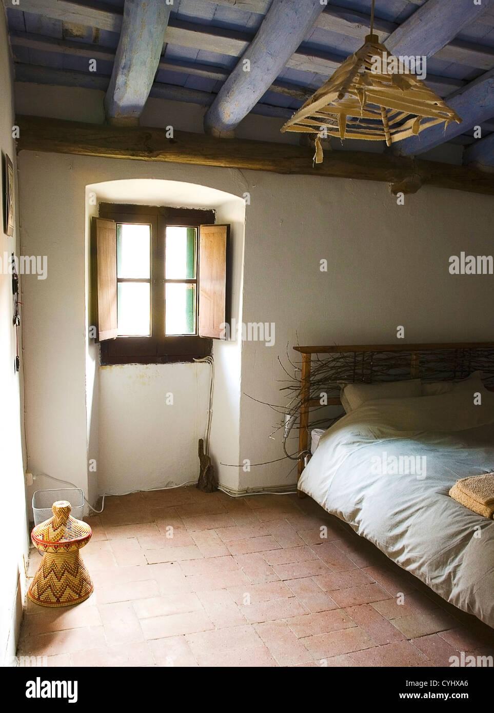 Rustikales Schlafzimmer In traditionellen Bauernhaus - Fliesenboden ...