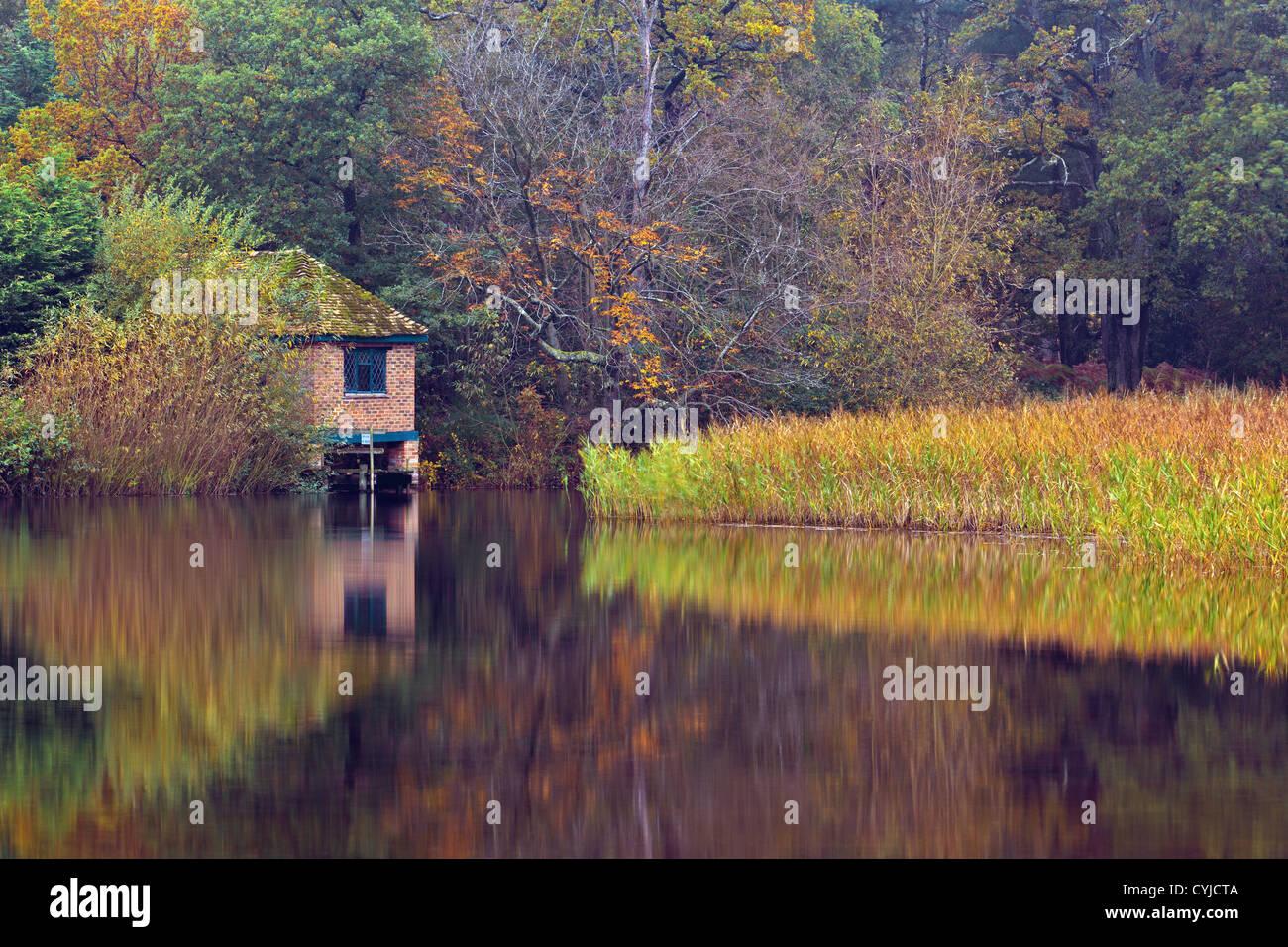 Foto des alten Bootshauses am Teich bei Hamlin in Surrey England Stockbild