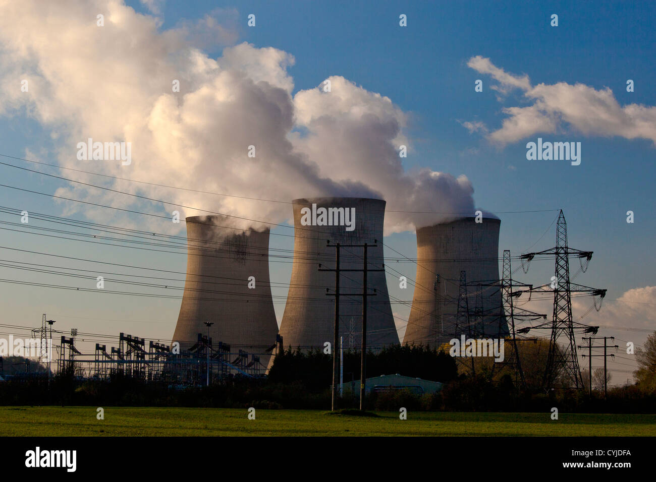 Kühltürme und Strommasten an Kohle abgefeuert Kraftwerk in England Stockbild