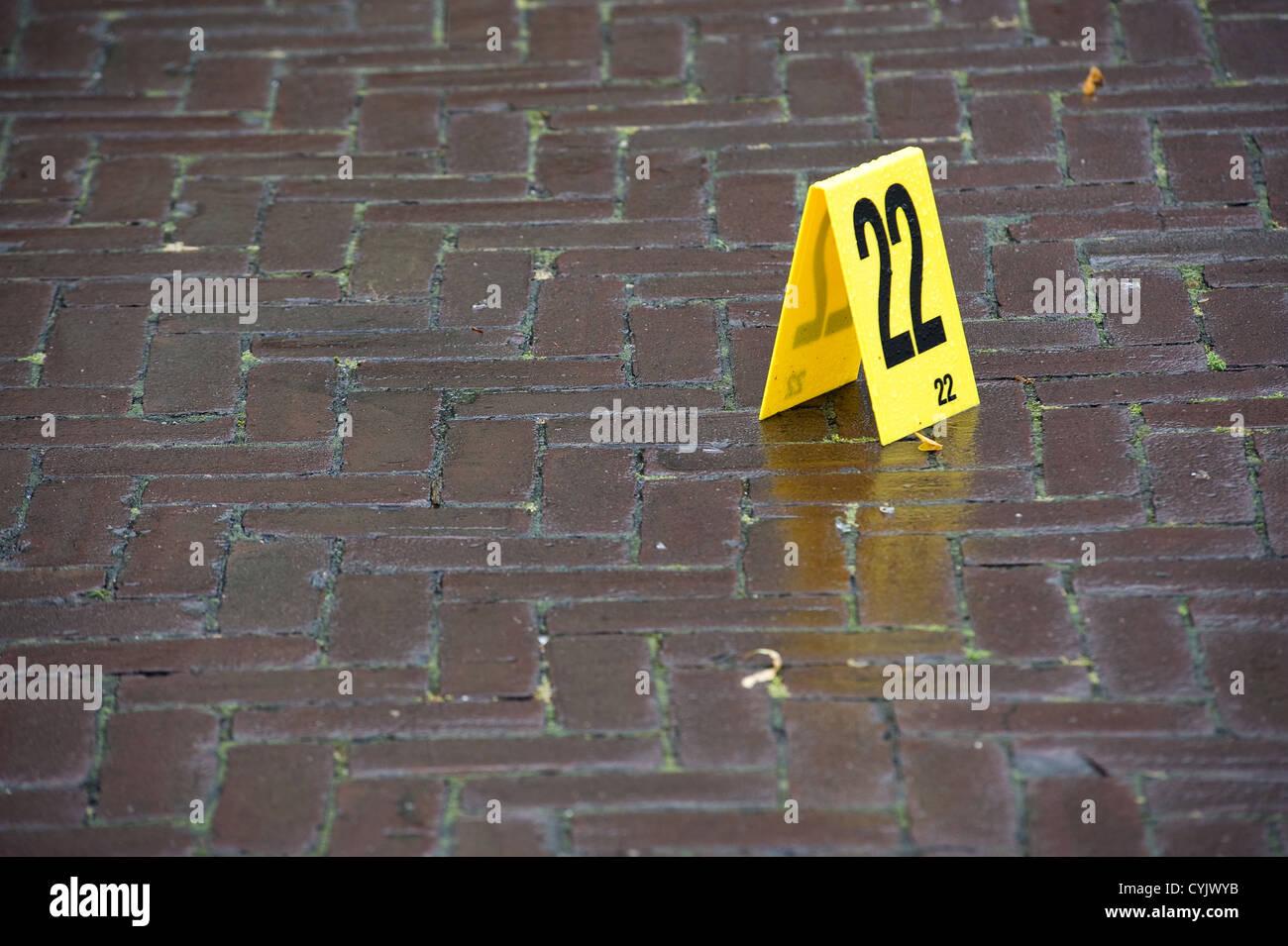 Beweis ist mit einer Reihe an einem Tatort markiert. Stockbild