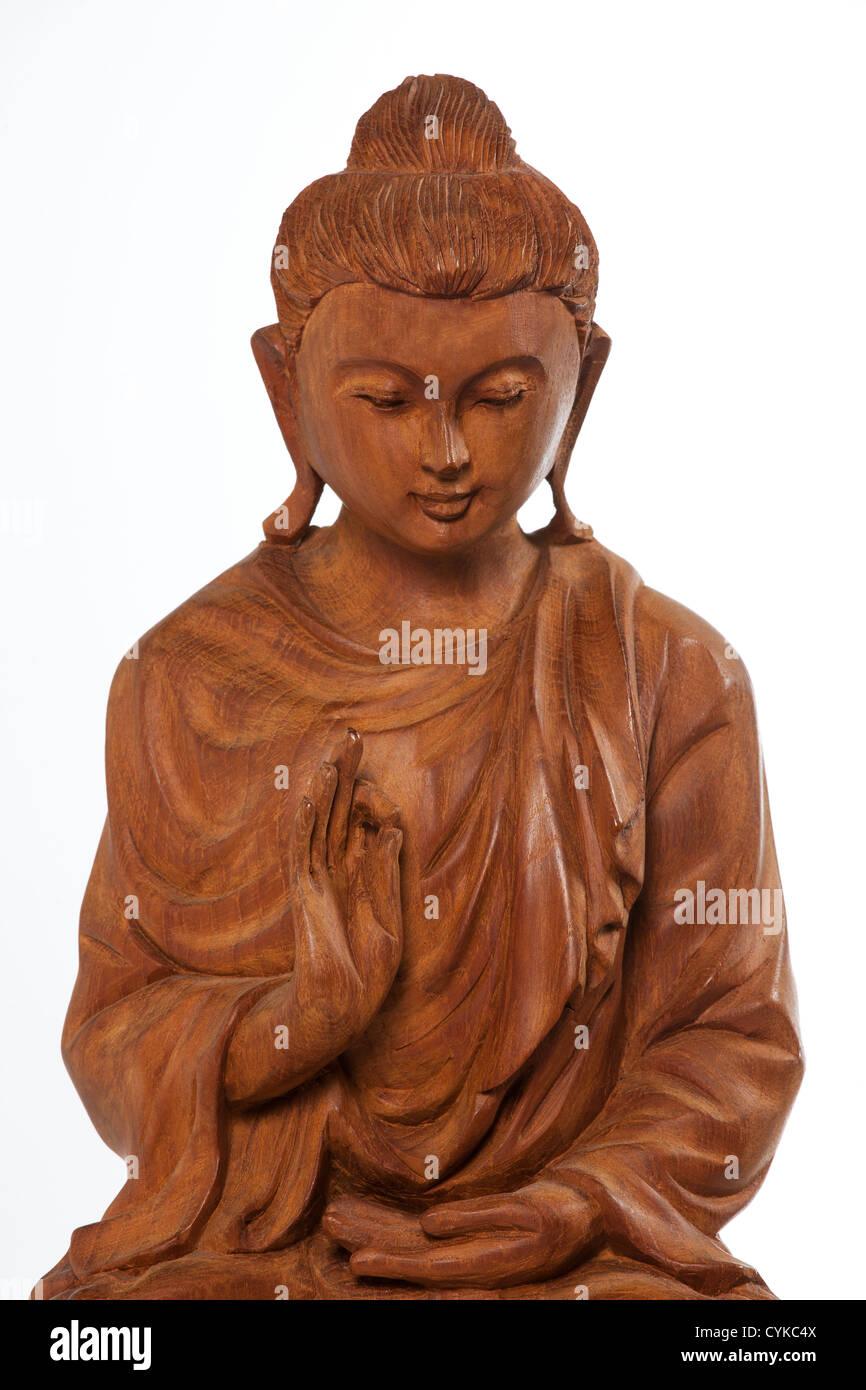buddha statue geschnitzt aus holz buddha sitzt in der meditation auf einer lotusblute der aufklarung mit weissem hintergrund