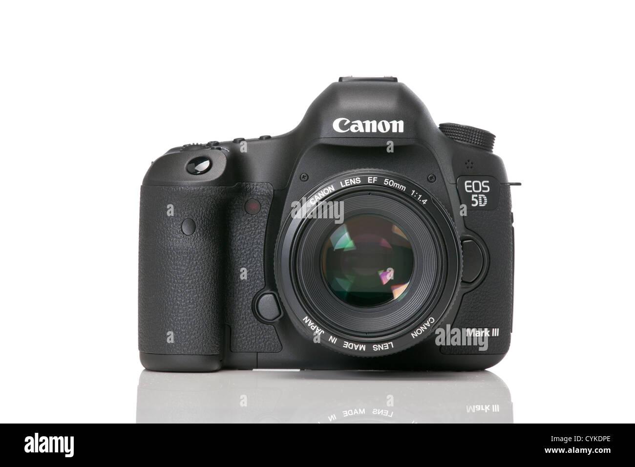 5D mk Iii 3 mit 50mm Objektiv auf die Dslr vor einem weißen Hintergrund. Stockbild