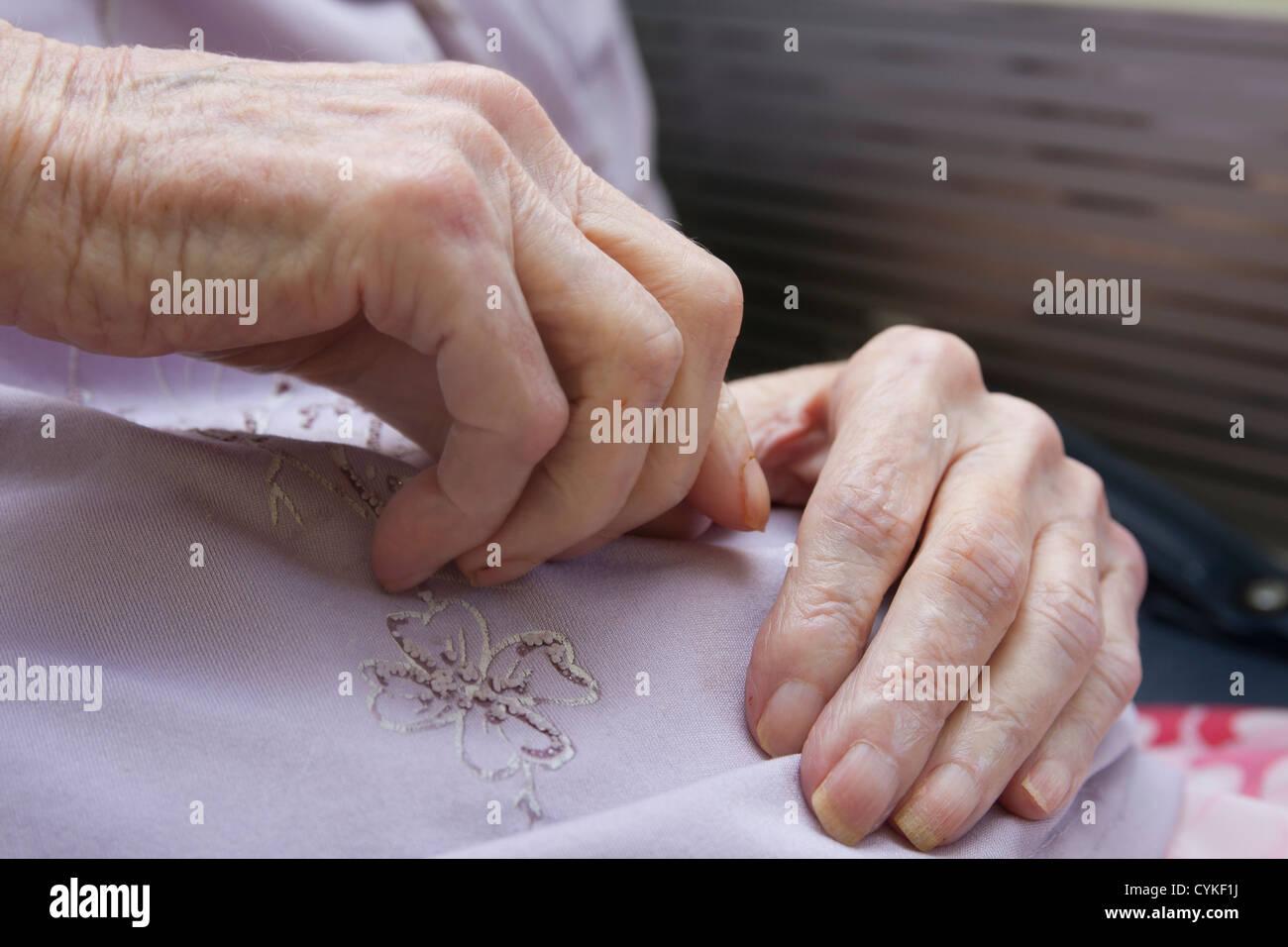 Hände der sehr alte Frau Stockbild