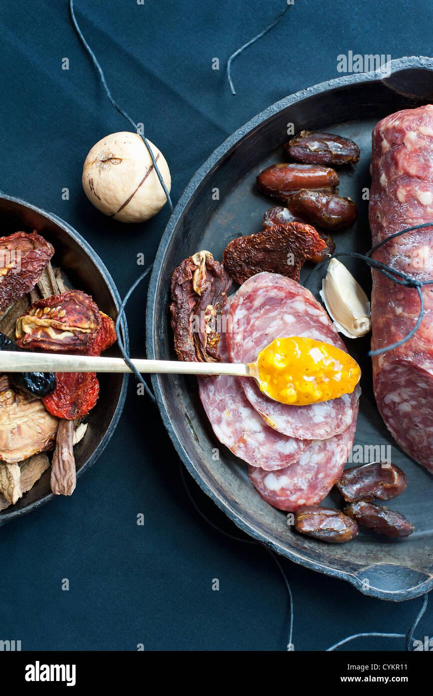 Salami-Termine Mais Relish und Pilze Stockbild