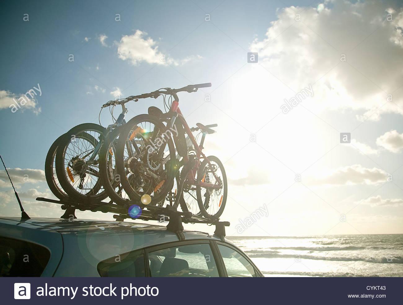 Fahrräder, Dach des Autos befestigt Stockbild