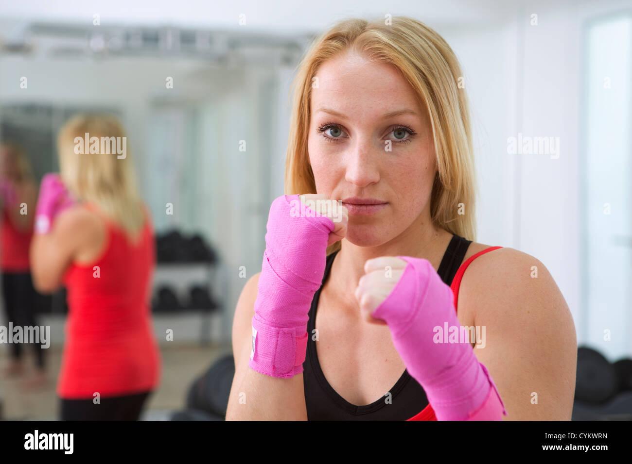 Boxer Fäuste hochhält, im Fitness-Studio Stockfoto