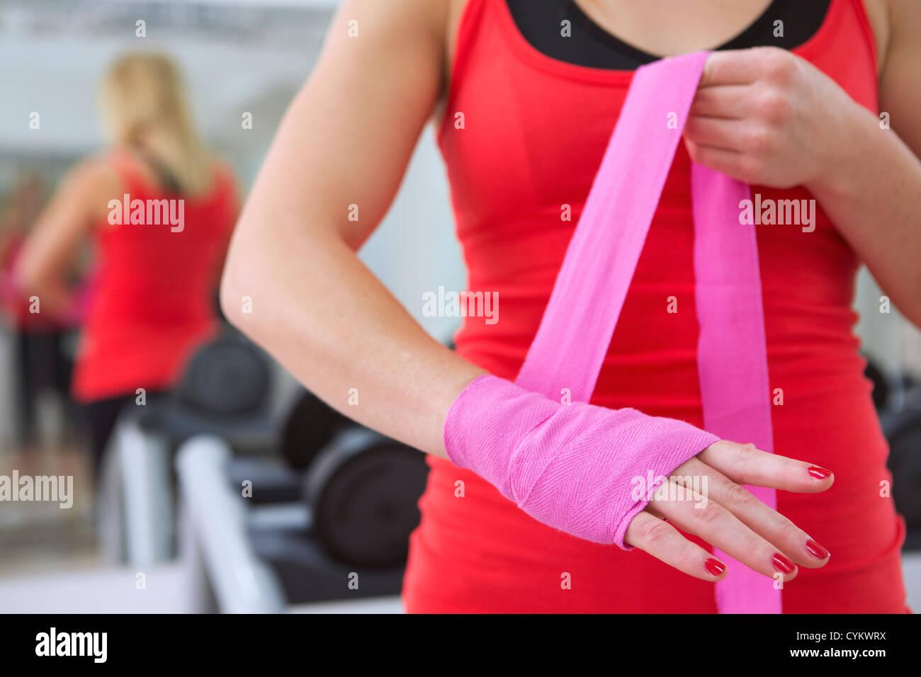 Wickeln ihre Hände in Turnhalle Boxer Stockfoto