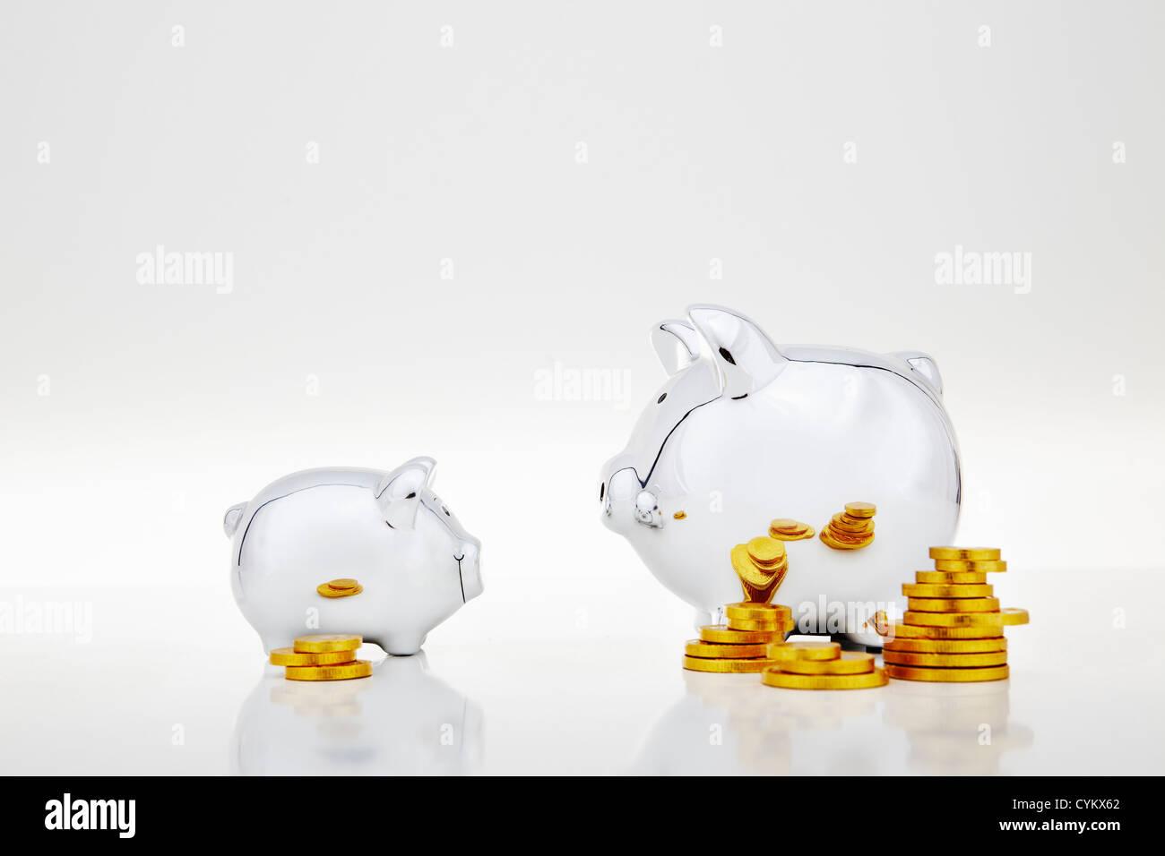 Stapel von Goldmünzen von Sparschweine Stockfoto