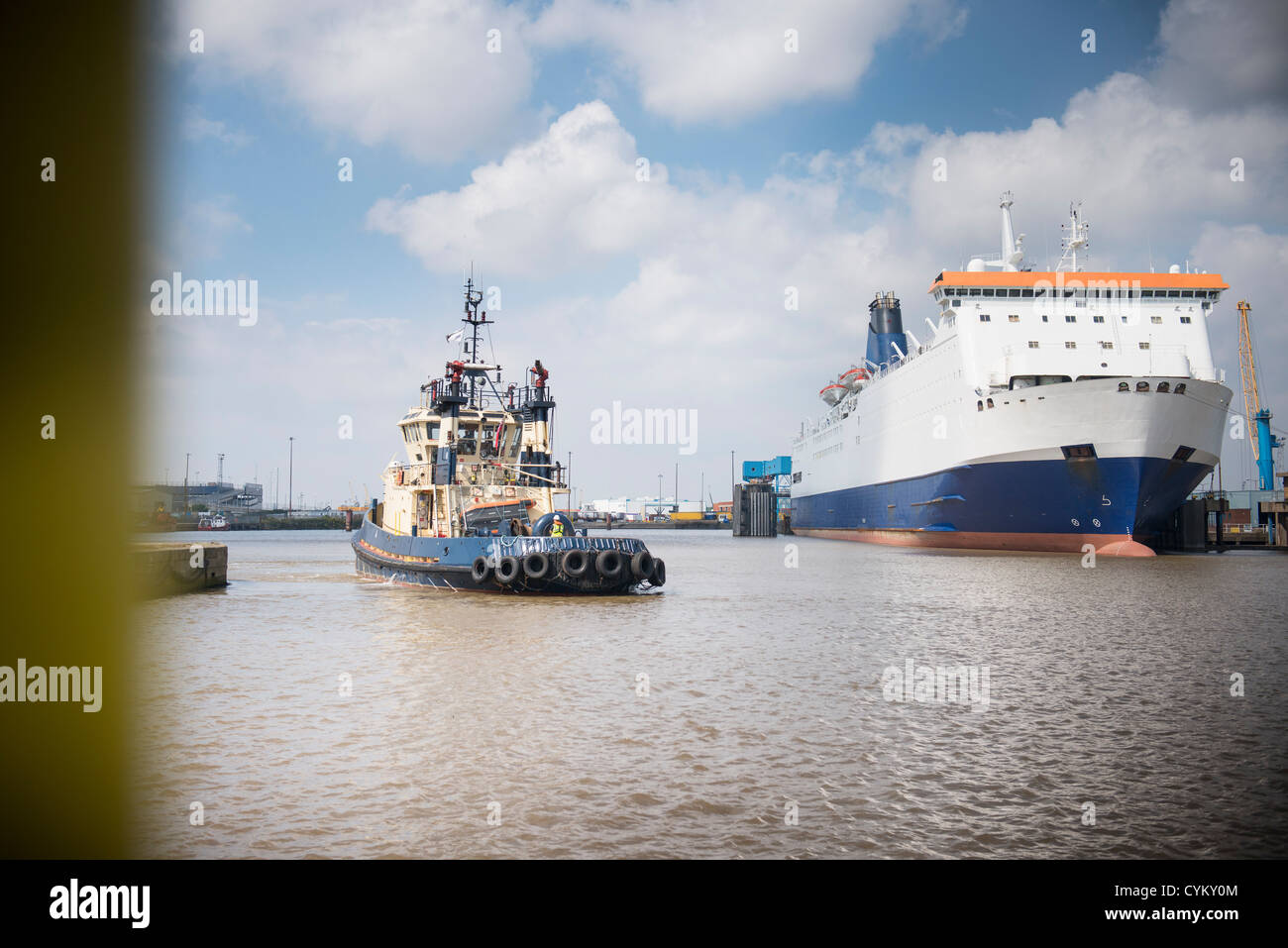 Schlepper im städtischen Hafen segeln Stockbild