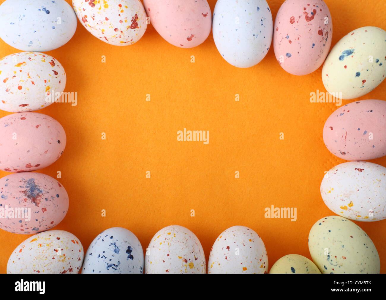 Ostern Eiern Schokolade Rahmen mit Schatten auf orangem Hintergrund ...