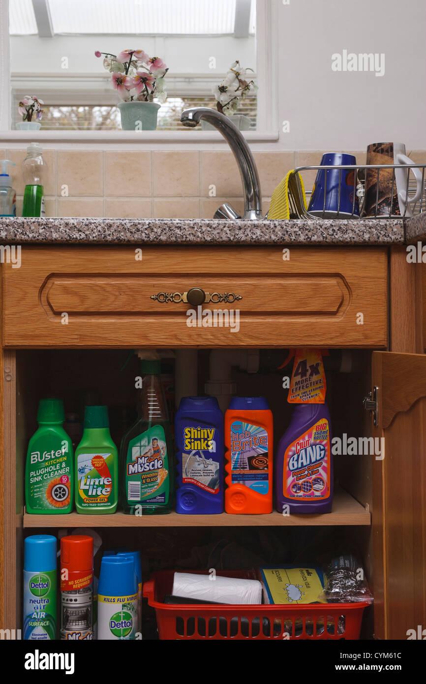Küche und sitzen auf einem Regal in einem Küchenschrank ...