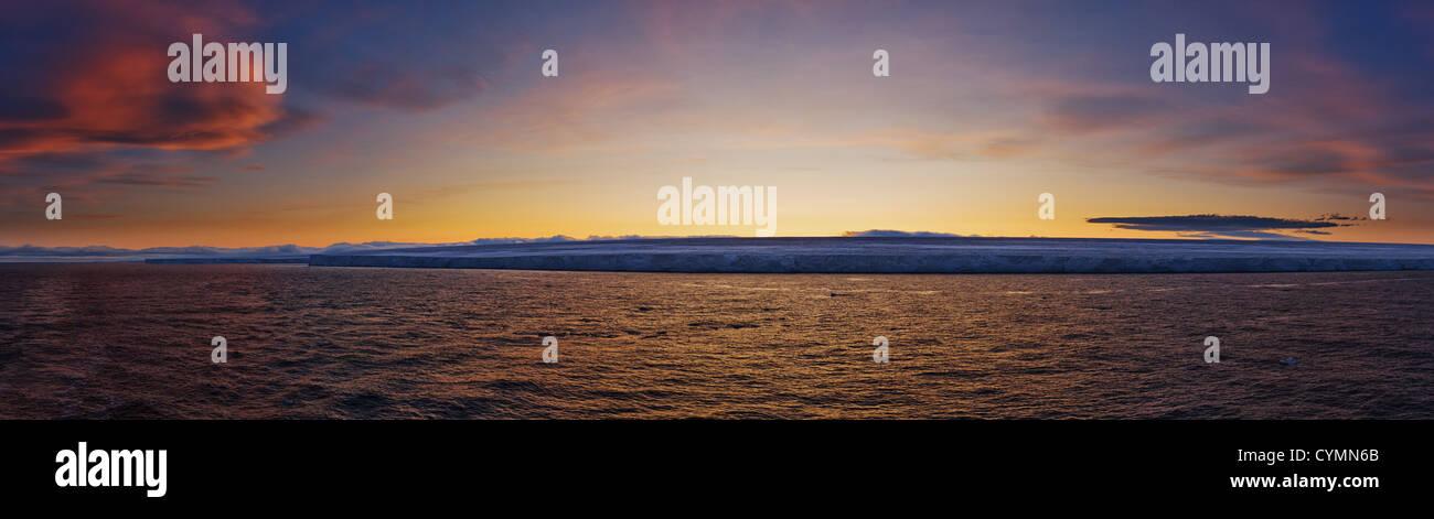 Gefrorene Küste bei Sonnenuntergang.  Horizontal gerahmten Schuss. Stockbild