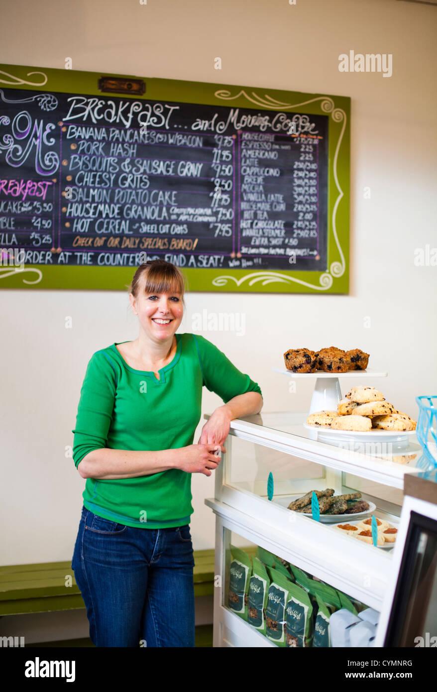 Ein Porträt einer Frau Hinweistafel ein Frühstück in einem Café. Stockbild