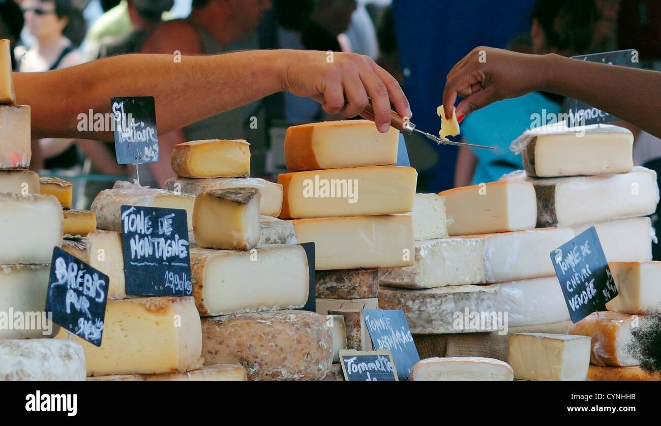 Französischen Markt Käse Stall mit Menschen, die versuchen Proben Stockfoto