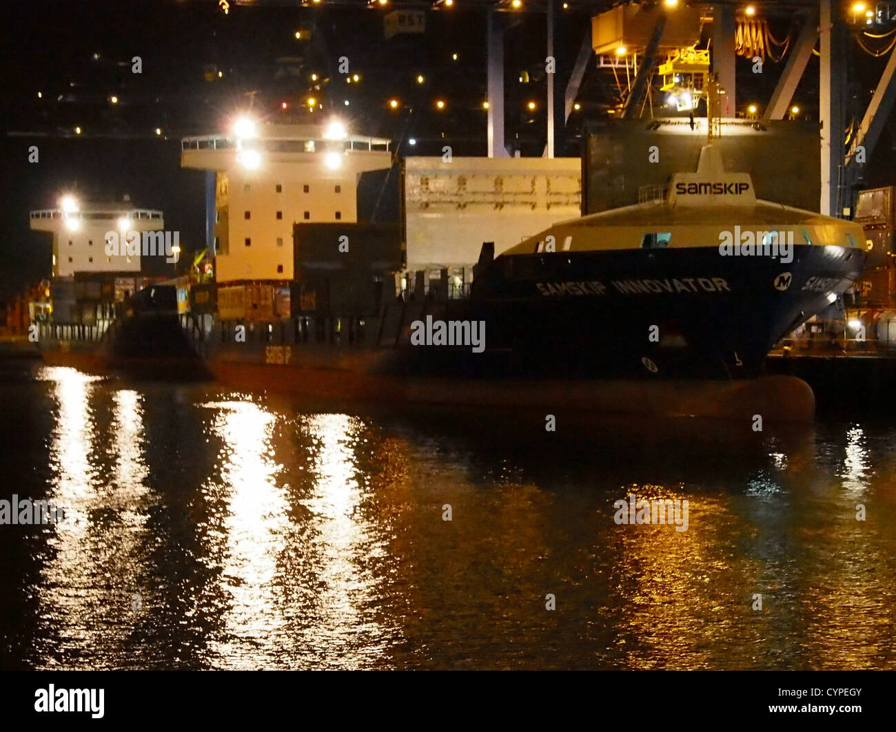 Samskip Innovator & Samskip Courier bei Nacht in Rotterdam Stockbild