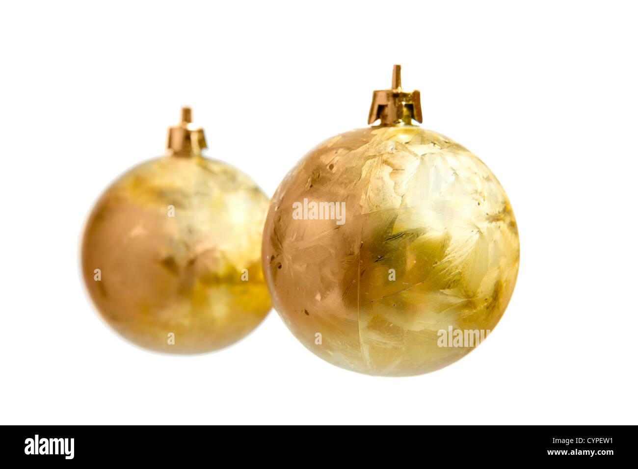 Goldene Weihnachtskugeln.Zwei Goldene Weihnachtskugeln Isoliert Auf Weiss Stockfoto Bild