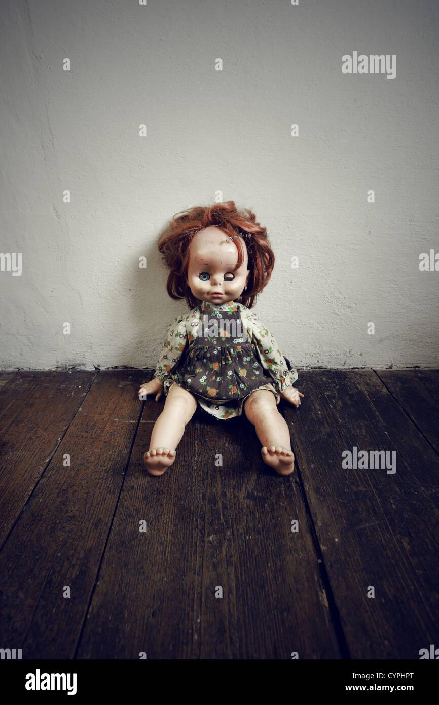 Gruselige Vintage Puppe auf Holzboden Stockbild