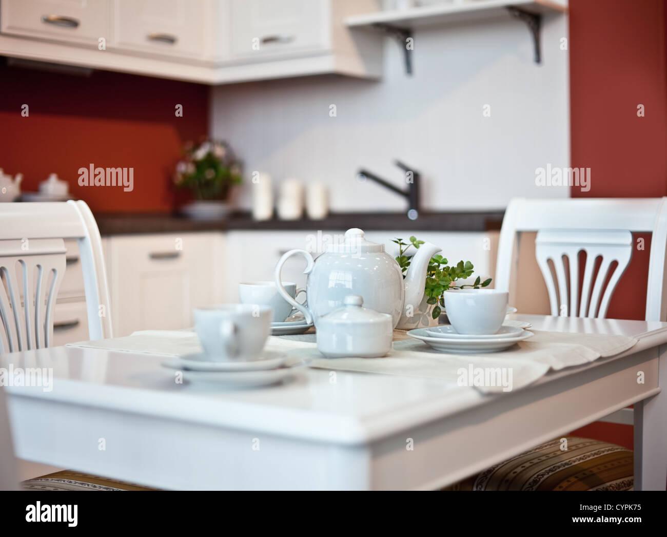 Küche Interieur mit Gerichten am Tisch (schöne Schärfentiefe-Effekt) Stockbild