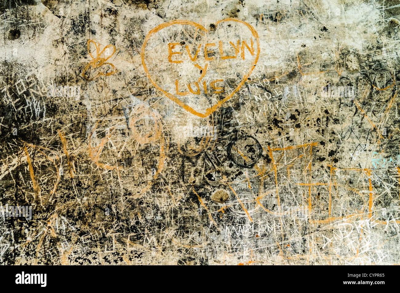 Graffiti an den Wänden von dem, was einst die Küche des Klosters und der Kirche von Santa Clara (Saint Stockbild