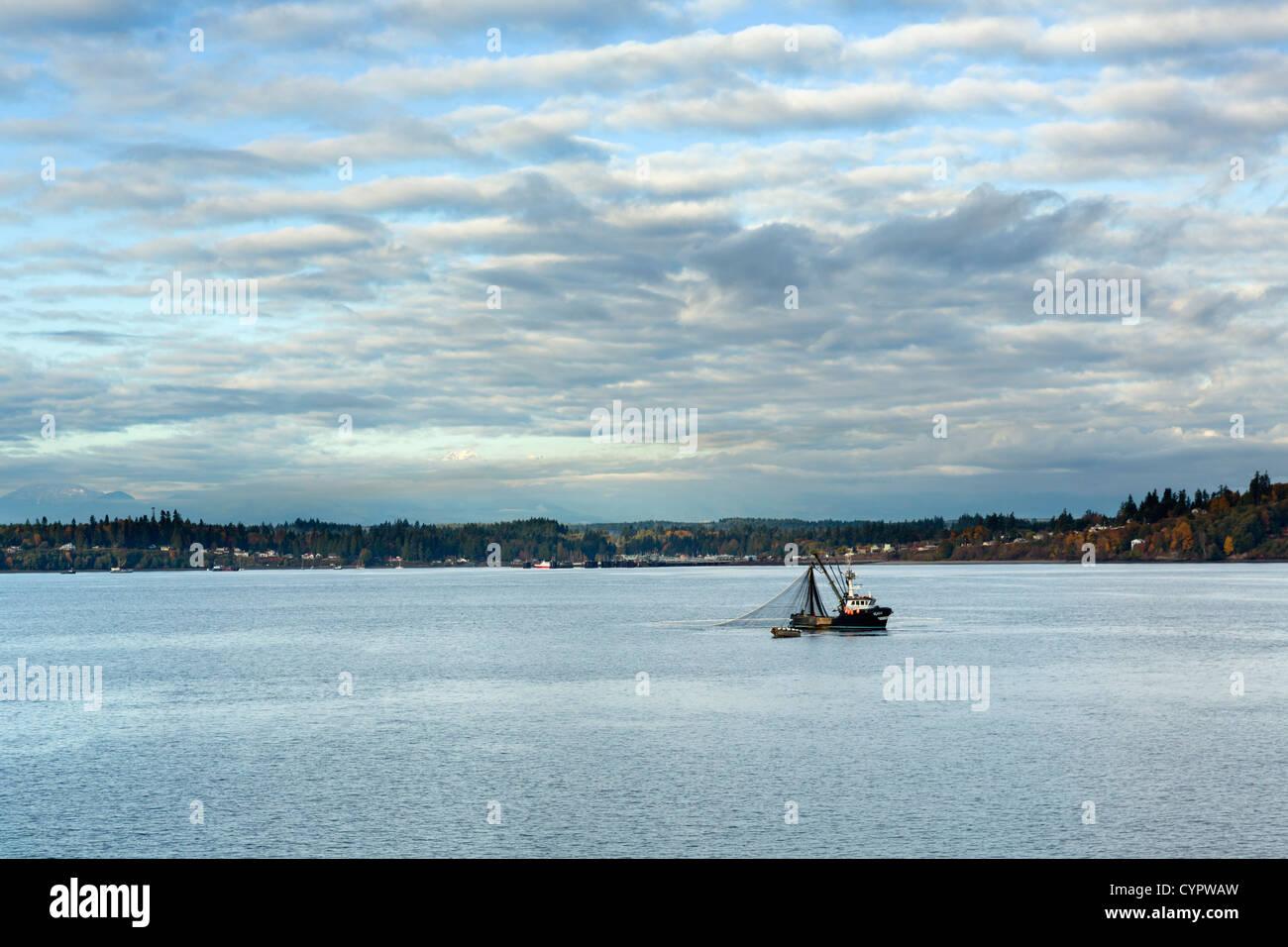 Angelboot/Fischerboot vor Olympic Halbinsel gesehen von Washington State Ferry, Puget Sound zwischen Edmonds und Stockbild