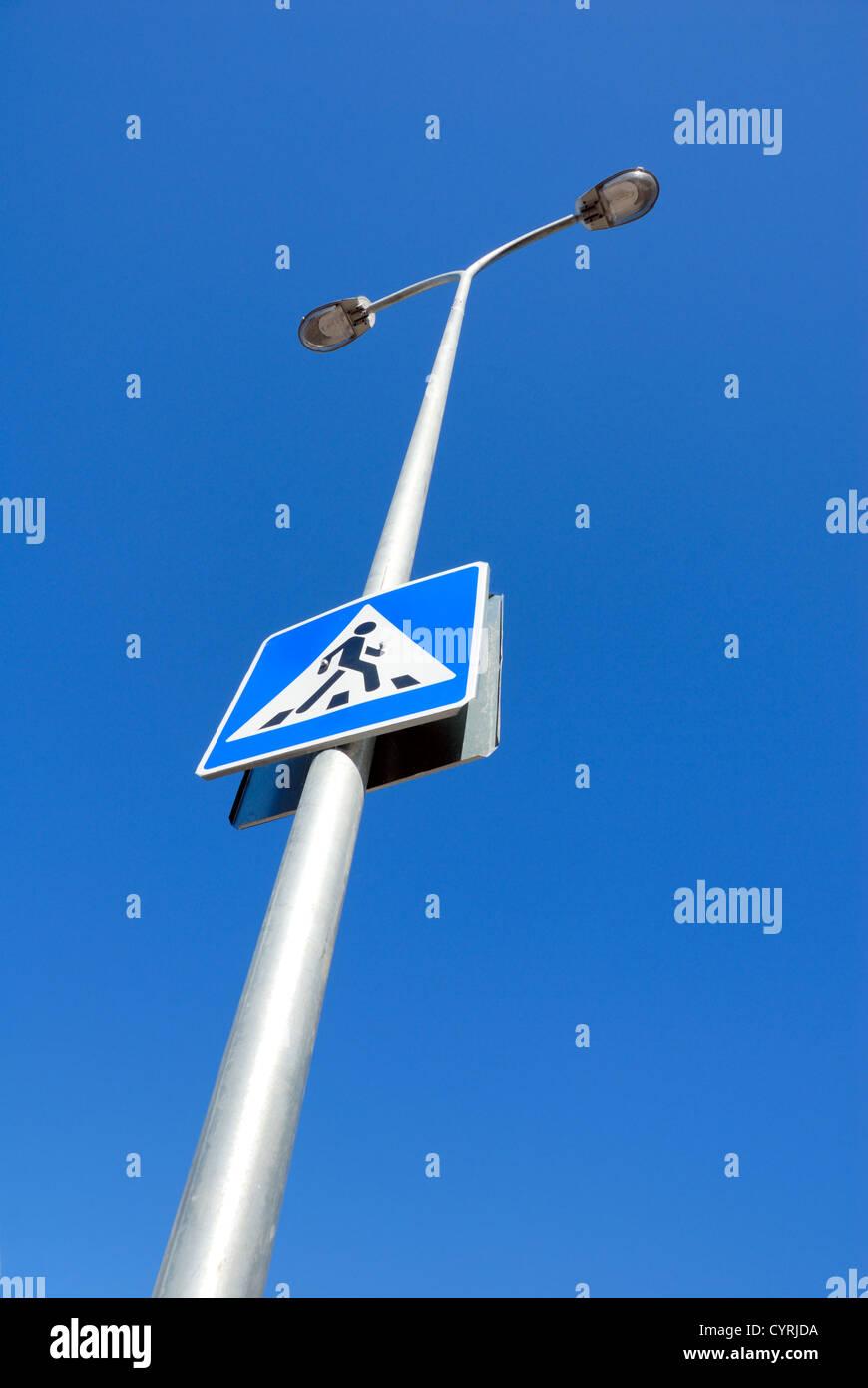 Zeichen, Spalte der Beleuchtung gegen den dunkelblauen Himmel zu führen. Stockbild