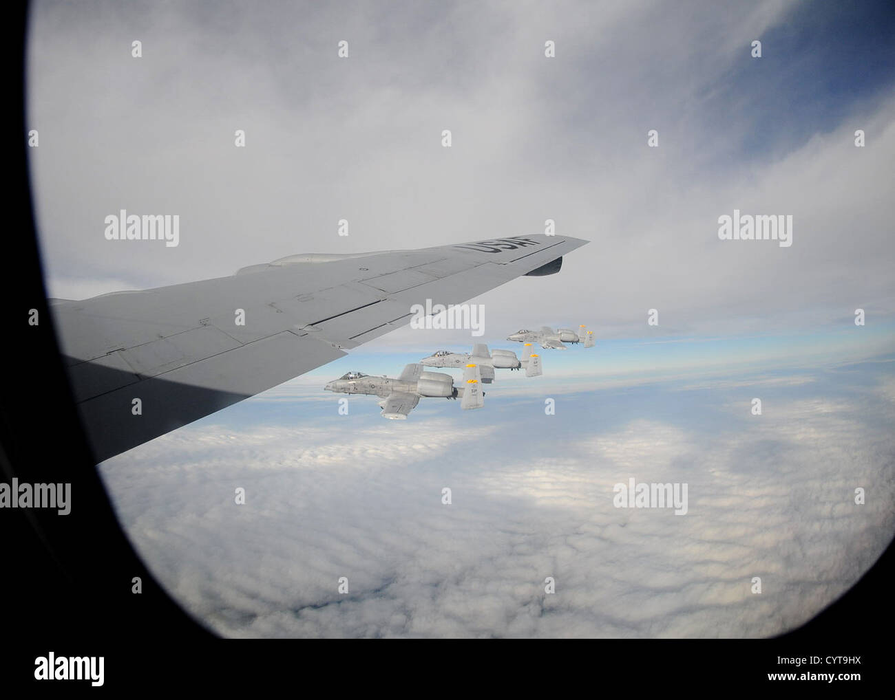 Drei a-10 Thunderbolt IIs Spangdahlem Air Base in Deutschland fliegen neben einem KC-135 Stratotanker vom 100. Air Stockbild