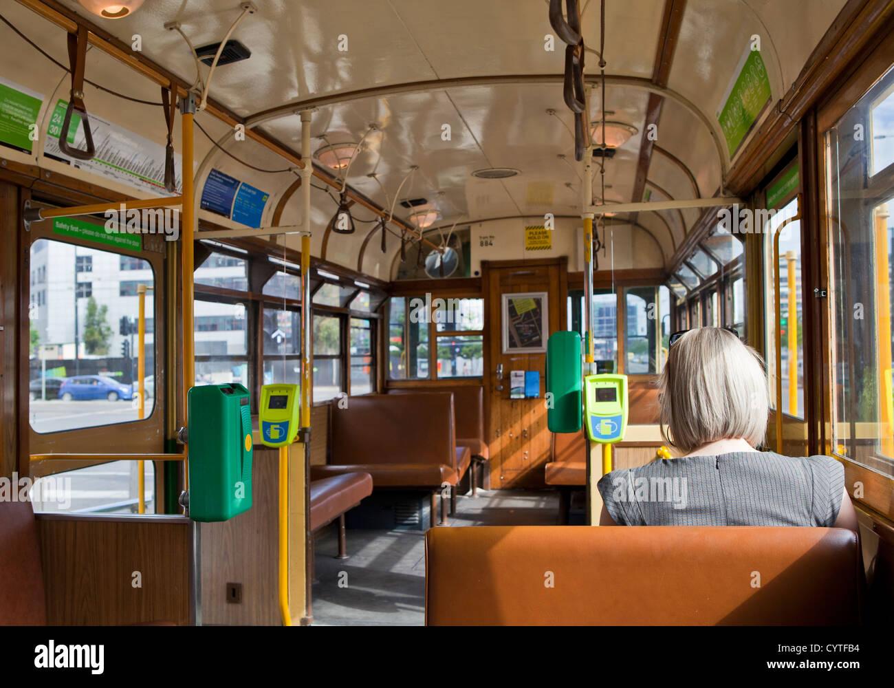 Australisch Familie Interieur : Melbourne australien interieur der alten straßenbahn auf