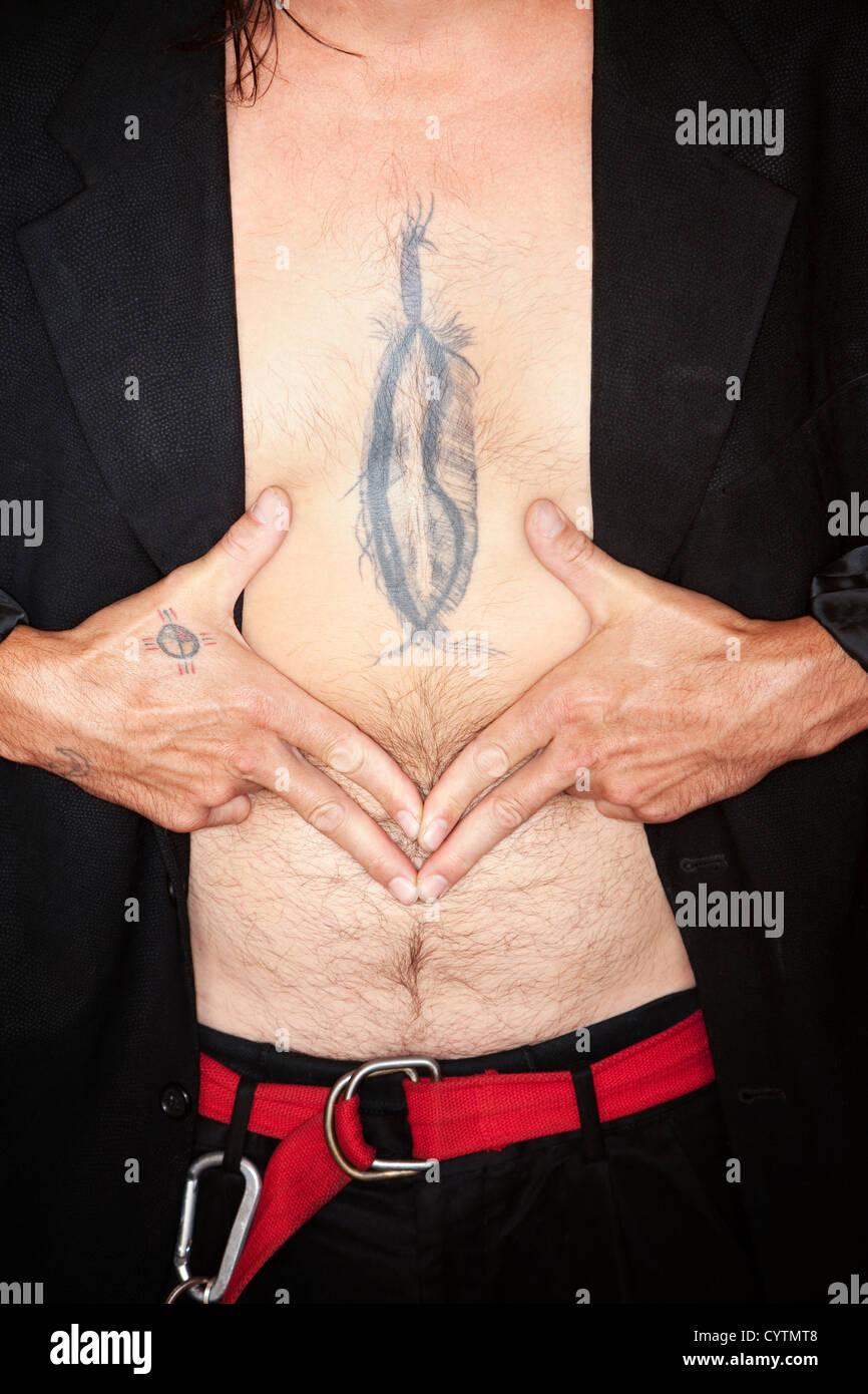 Gemischte Rassen Mann Mit Feder Tattoo Auf Brust Stockfoto Bild