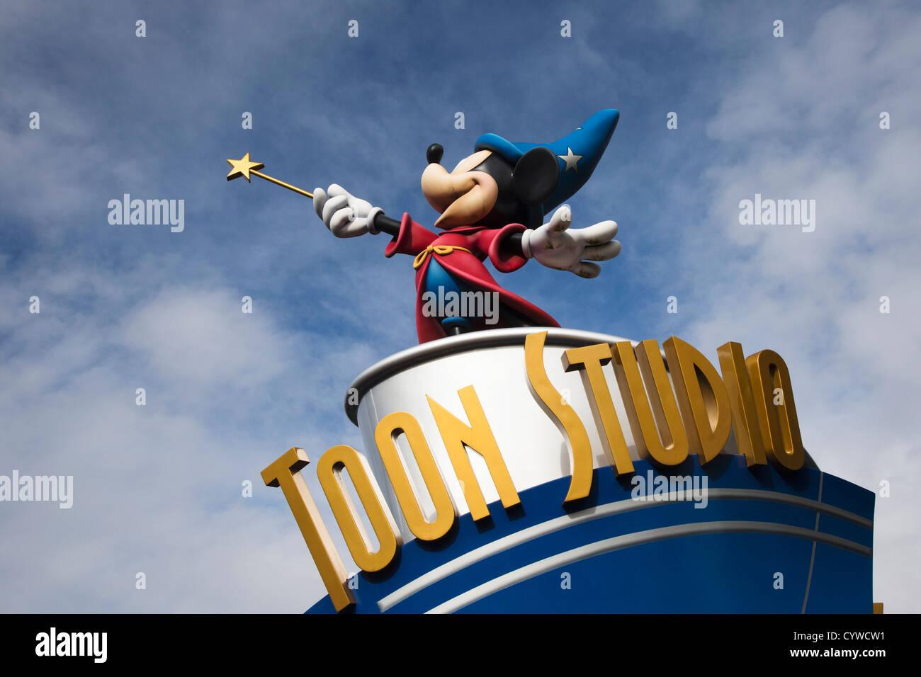Toon Studio Mickey-Mouse-Statue im Disneyland Paris Stockbild