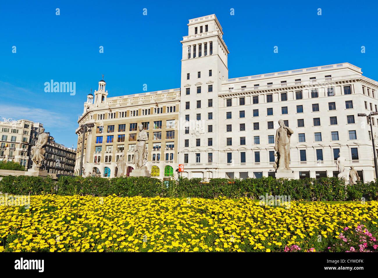 Gebäude und Blumen an der Placa Catalunya, Barcelona Stockbild