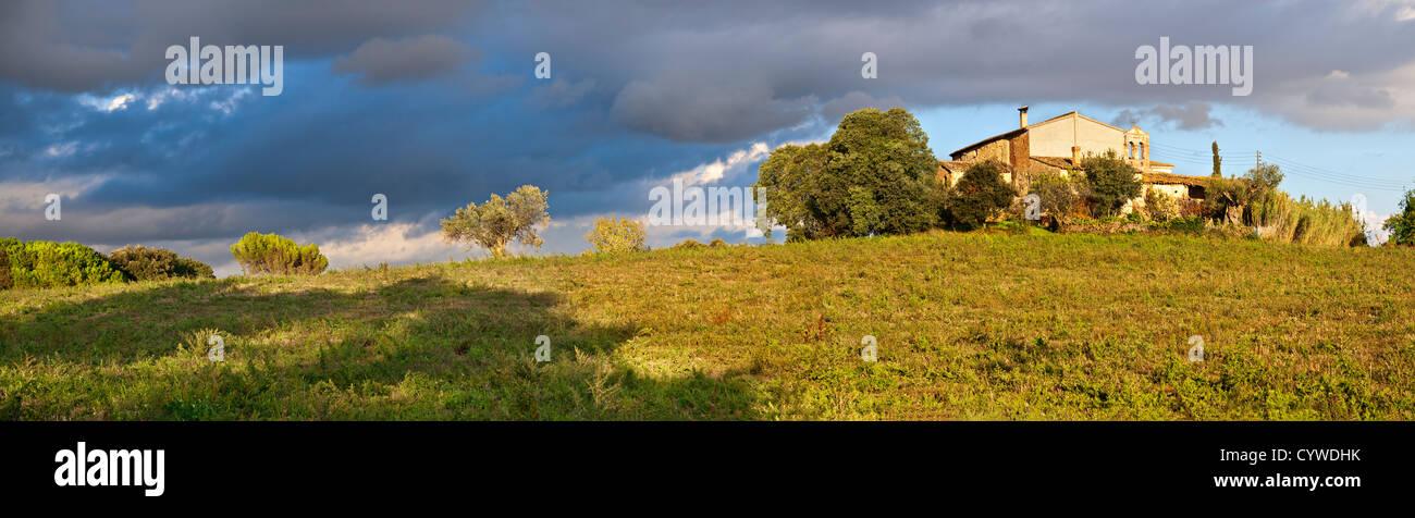 Ackerland und katalanischen Landhaus Panorama mit Sturm naht Stockbild