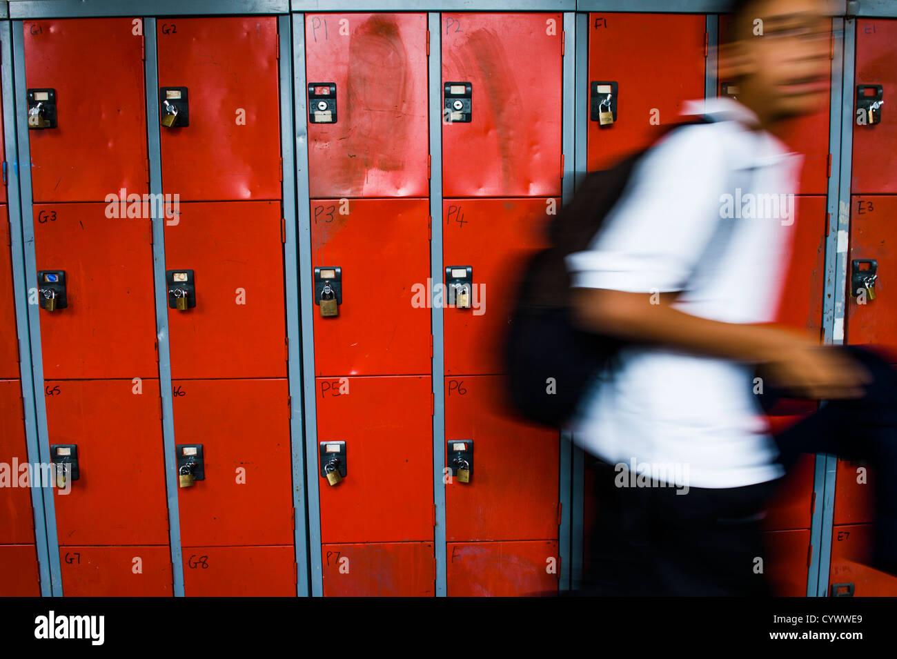 Verschwommene Schüler auf dem Flur einer weiterführenden Schule, Wales UK Stockbild